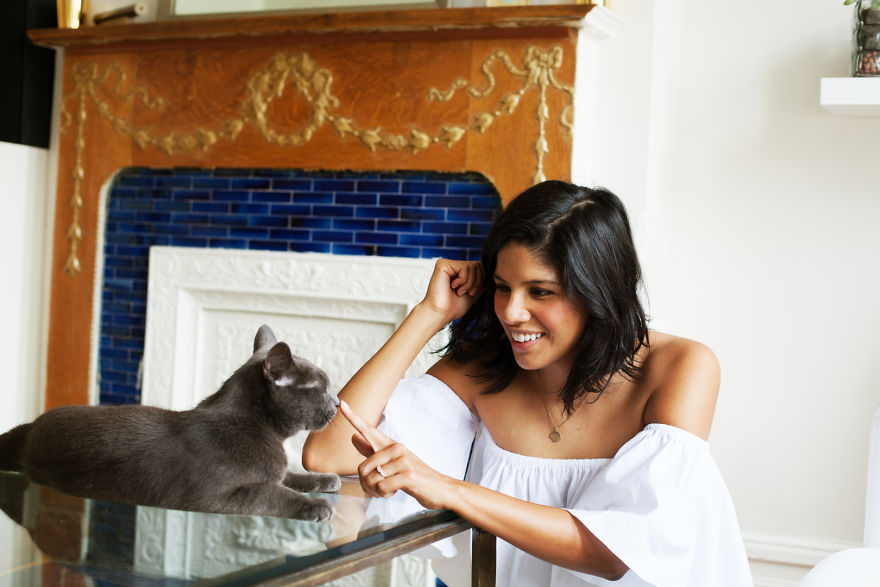 girls_with_cats_2