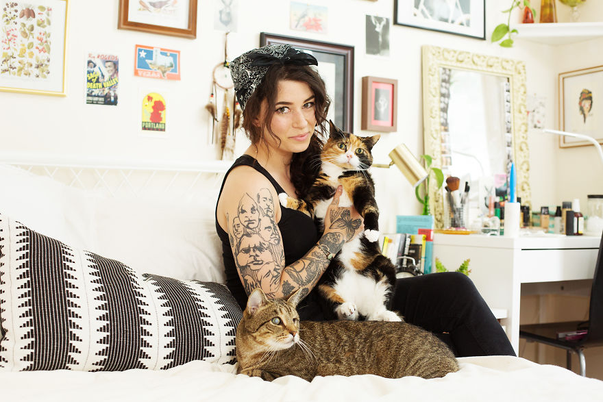 girls_with_cats_4
