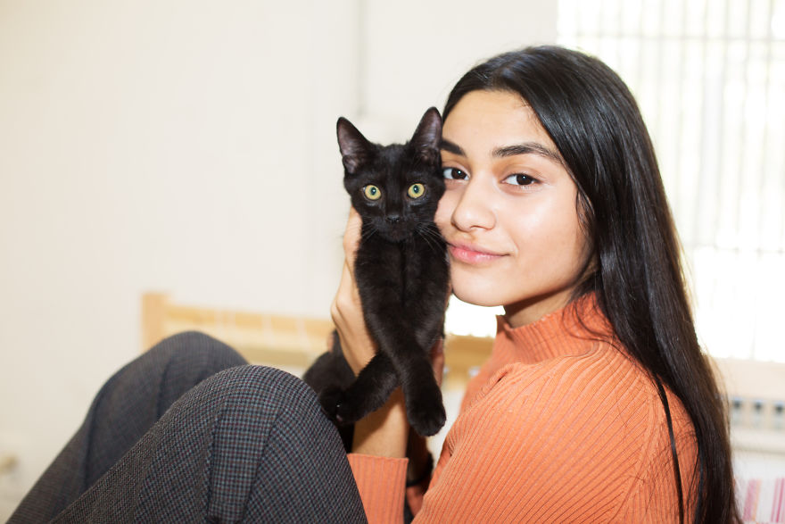 girls_with_cats_7
